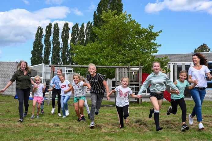 De kinderen en de juffen van de Omniumschool Zeewolde zijn op hun eerste schooldag in de nieuwe school heel enthousiast.