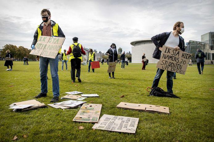 Studenten tijdens een demonstratie op het Museumplein waarbij ze aandacht te vragen voor meer fysiek onderwijs.