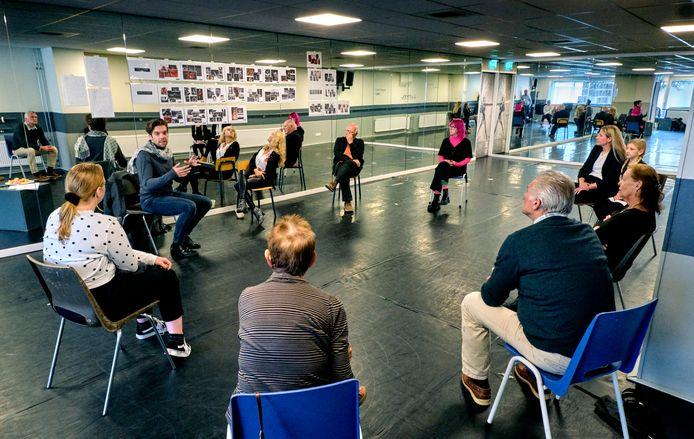 Regisseur Martijn J. Kramp vertelt de acteurs en actrices in spe over 'Momentum', over de geschiedenis van de Hoeksche Waard.