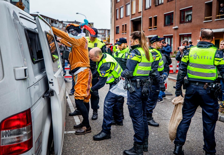 Pegida-voorman Edwin Wagensveld wordt tijdens de intocht van Sinterklaas in Apeldoorn aangehouden. Beeld ©raymond rutting photography