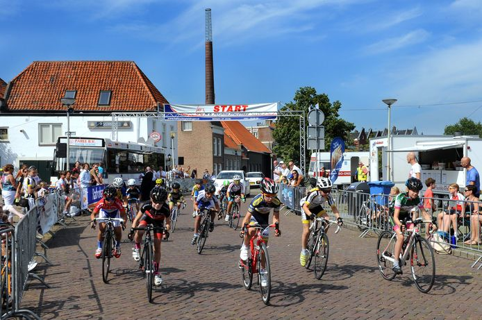 De jeugdronde van de Gedempte Haven, met start bij café 't Dobbertje is een aloude Bergse koers. Maar die traditie komt op losse schroeven te staan.