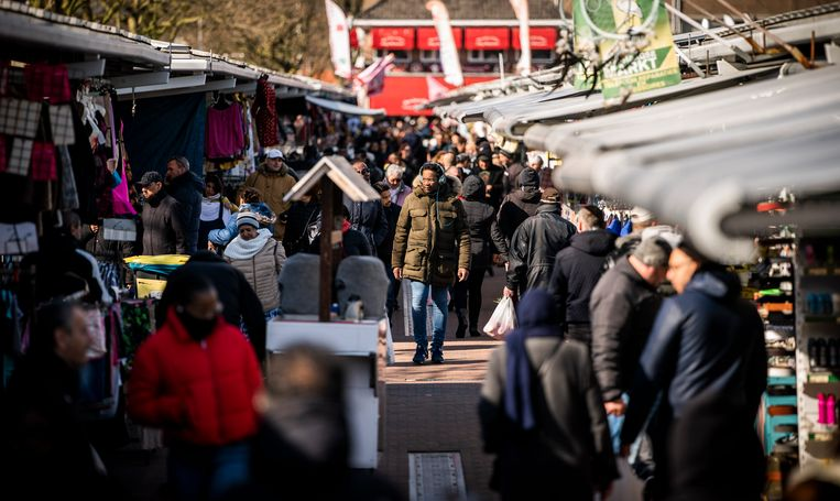 De Haagse markt was nog open zaterdag en trok veel bezoek.  Beeld null