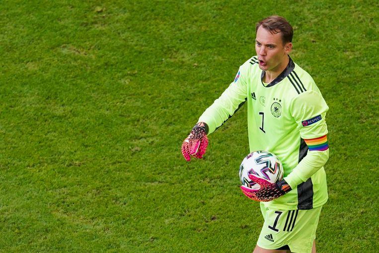 Manuel Neuer, de Duitse keeper, met regenboogband.  Beeld Photo News
