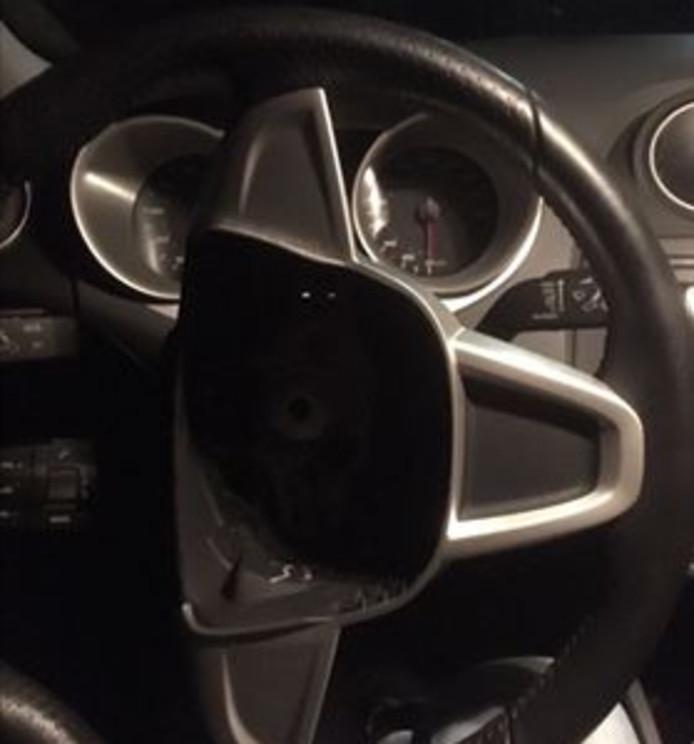 De dieven namen airbags en een navigatiesysteem mee uit de auto.