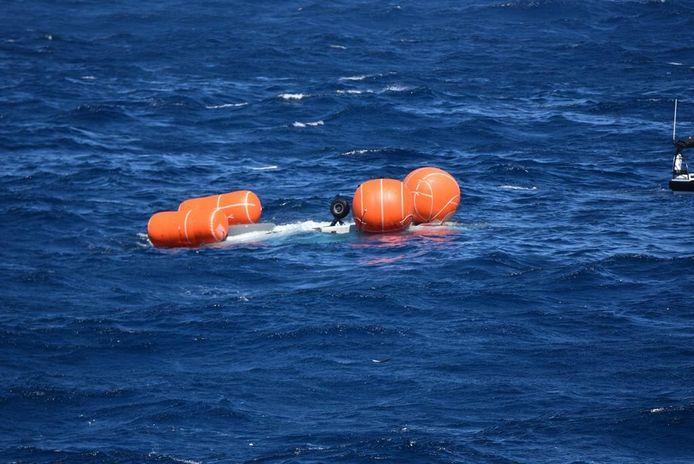 De NH90 die zondagmiddag crashte voor de kust van Aruba hangt op zijn kop onder water aan vier ballonnen. Door harde wind en hoge golven is het nog niet gelukt het toestel te bergen.