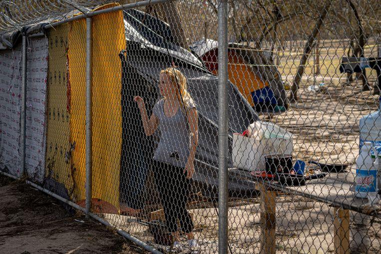 De Cubaanse Janey Prieta naast haar tent. Ze heeft een belafspraak voor vrijdag 26 februari, binnenkort mag ze naar de VS om daar haar asielprocedure af te wachten. 'Dat telefoontje betekent hoop.' Beeld Alejandro Cegarra