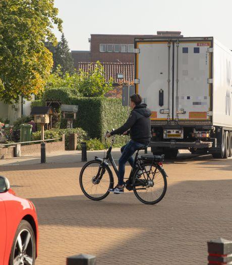Elke dag vrees voor ongelukken, kruising in Baarn is 'levensgevaarlijk': 'Achteruit rijden? Kan níet, punt uit'
