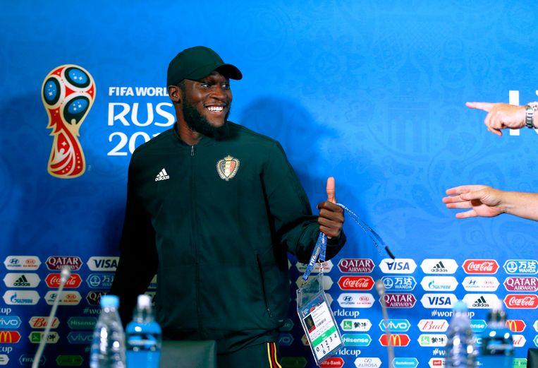 Romelu Lukaku schuift aan voor de persconferentie. Beeld Photo News