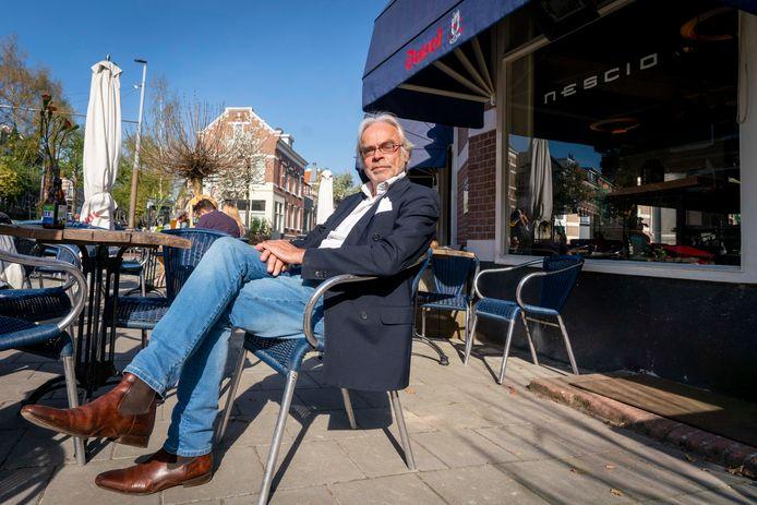 """Jan van Hooijdonk op het terras van Nescio in Arnhem een paar jaar geleden. ,,We roepen al onze leden op om dinsdag het terras te openen. Wij huldigen het devies: winkels beperkt open, dan ook de horeca beperkt open, dus de terrassen. Keurig volgens de regels tegen verspreiding van corona."""""""