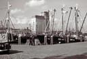 De vissershaven in vroeger tijden. Rechts de Breskens 16, die in de nacht van 11 op 12 januari 1971 zonk met aan boord Jaap Vermeulen, zijn zoon Jos, Walter de Looze en Adrie Fenijn.