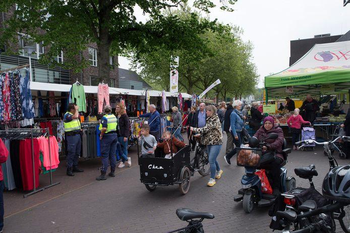 Handhavers controleren of het niet te druk is op de markt in Doetinchem. Foto: Theo Kock