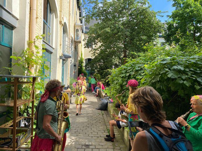 De fanfare in de mooie binnentuin van het Pand