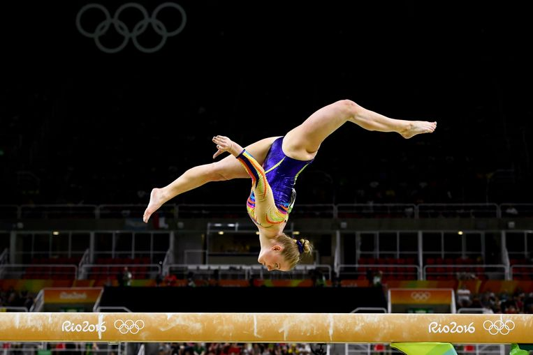 Gaelle Mys op de balk tijdens de Olympische Spelen van Rio. De Belgische stopte eind 2016 met turnen omdat ze het naar eigen zeggen beu was constant te moeten vechten tegen intimidaties en pesterijen. Beeld BELGA