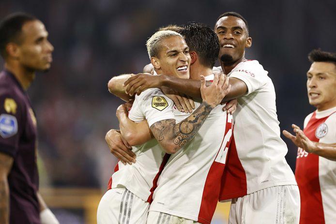 Spelers van Ajax vieren de 2-0 tegen FC Groningen.
