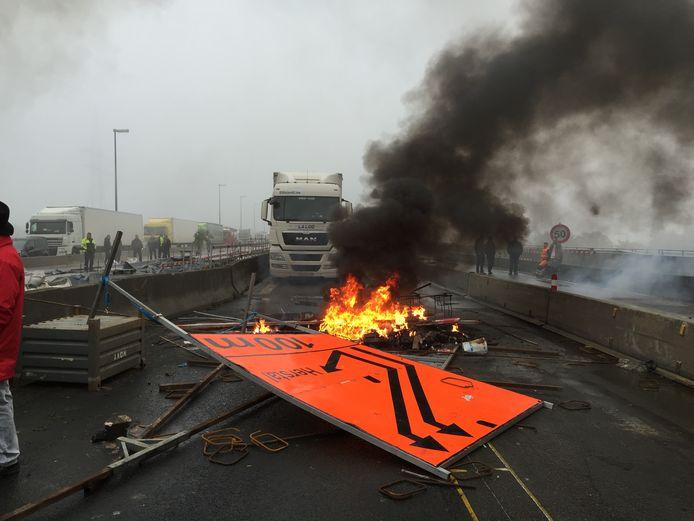 Le tribunal correctionnel de Liège a condamné, ce lundi, 17 syndicalistes, dirigeants et affiliés de la FGTB, pour les faits d'entrave méchante à la circulation commis dans le cadre d'un mouvement de grève. Ces syndicalistes étaient désignés comme ceux qui avaient bloqué l'autoroute E40 à Cheratte lors de la grève du 19 octobre 2015. Parmi eux figure l'actuel président du syndicat socialiste, Thierry Bodson.