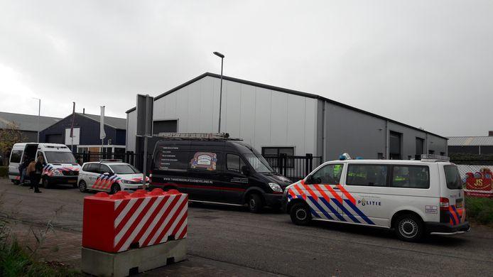 Politie, douane en de gemeente Kapelle onderzoeken een loods aan de Ambachtsweg op bedrijventerrein De Smokkelhoek in Kapelle.