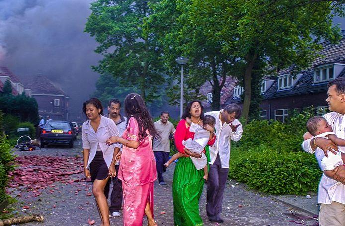 Een familie vlucht uit het rampgebied ten tijde van de vuurwerkramp. De indringende foto werd afgedrukt op de voorpagina van de extra editie van De Twentsche Courant Tubantia.