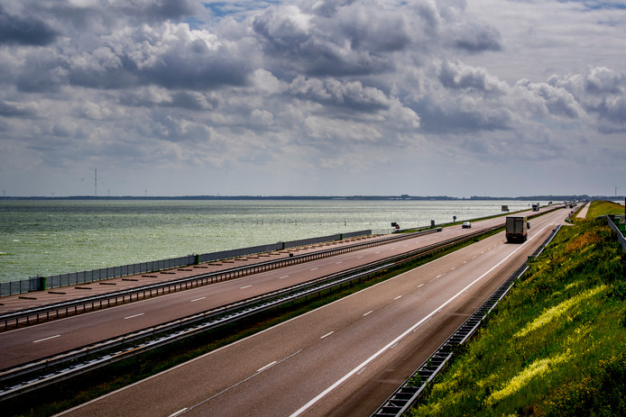 Het peil van het IJsselmeer is licht gestegen, maar veel droogtemaatregelen blijven van kracht.