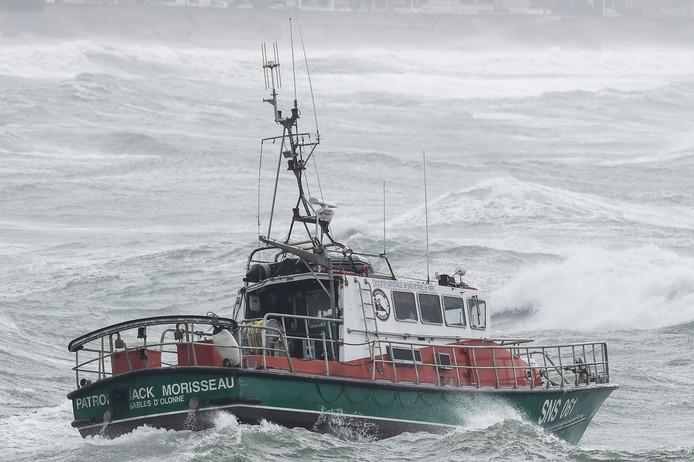 De reddingsboot vlak na het uitrukken op zee bij Les Sables-d'Olonne.
