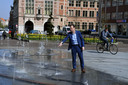 Schepen Dirk Vansina (CD&V) zet de fontein op het Herbert Hooverplein in werking en die waterpartij kan de Leuvenaars erg bekoren op warme dagen. Vooral gezinnen met kinderen zijn in de wolken met de speelfontein.