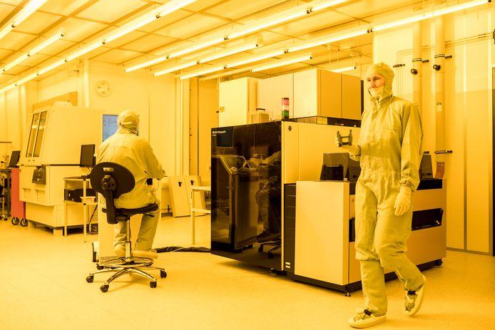Een cleanroom bij Smart Photonics uit Eindhoven, waar gewerkt wordt aan fotonische chips.