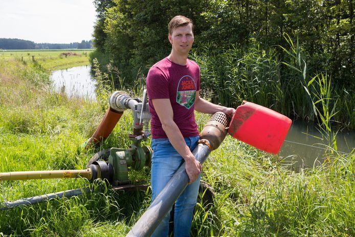 Gerjan Roetert bij de sloot waar hij water uit pompt en de 'gewraakte' drijvers, waarmee hij volgens Ouwehand de milieuwet zou overtreden.