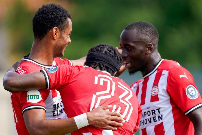 Cody Gakpo, Noni Madueke en Jordan Teze vieren de openingstreffer van eerstgenoemde tegen KFC Uerdingen 05. Wie van de drie zien we dit seizoen terug in de basis?