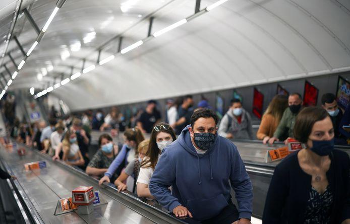 Des personnes empruntent un escalator dans la station de métro Leicester Square, à Londres.