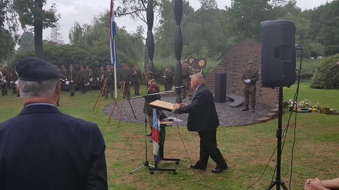 """Voorzitter Jeroen Stam: """"Woorden schieten tekort'. Op de achtergrond het monument zonder bronzen lotusbloem."""