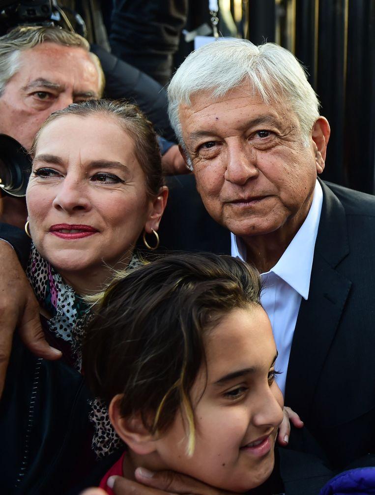 Presidentskandidaat Andres Manuel Lopez Obrador poseert met zijn vrouw en dochter op de dag van de verkiezingen. Beeld AFP