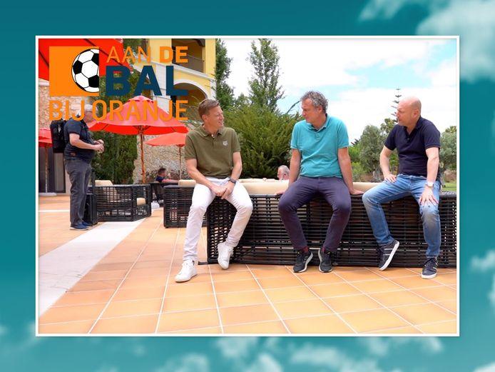 Onze verslaggevers Maarten Wijffels (r) en Mikos Gouka (m) bespreken samen met presentator Etienne Verhoeff het laatste nieuws.