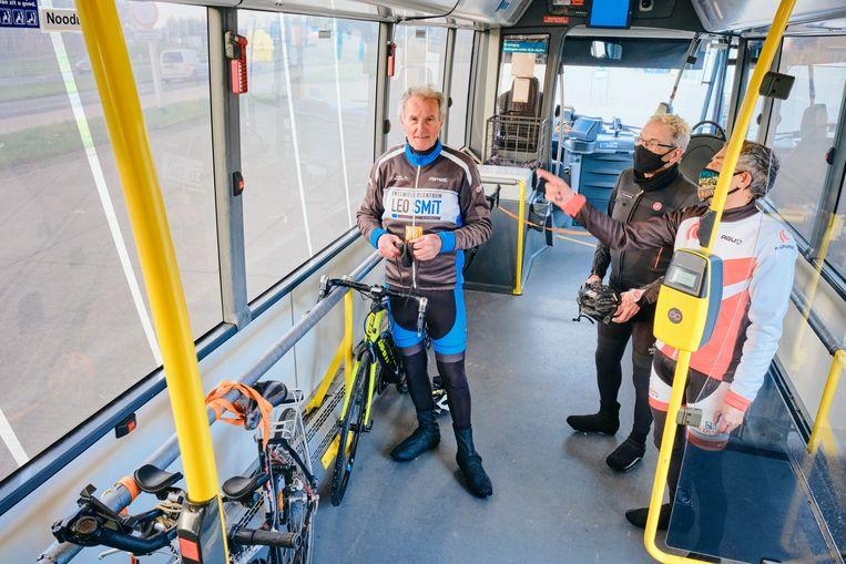 Dirk de Vries in de fietsbus. Beeld Sjaak Verboom
