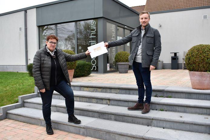 Schepen Annick Debonné en Arne Min Jou bij de overhandiging van het Welzijnskompas.