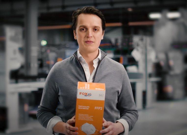 Sywert van Lienden in 2020 met een pakje mondkapjes.  Beeld Youtube/hulptroepen.nu