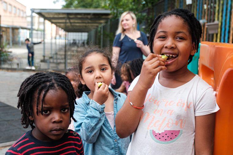 De kinderen van De Hoeksteen lusten wel een stukje fruit.