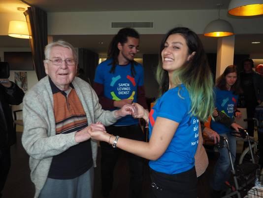Emile Van Lysebetten (88) doet een een dansje met Ethoutha Lahdo (24).