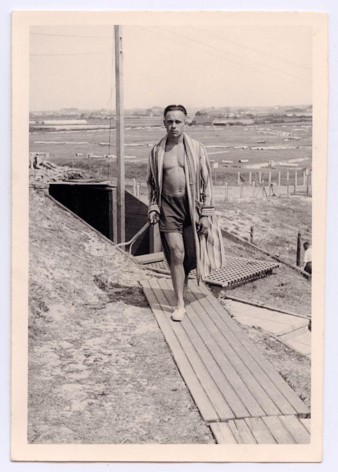 Marinesoldaat Erich Schmidt, met tennisracket, op het strand van Hoek van Holland.