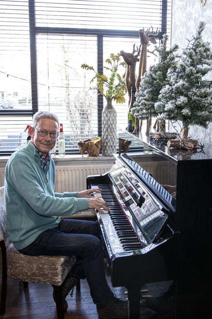 """Nico Griffioen op zijn lievelingsplek in Het Anker, achter de piano. """"Dat is nu een grote hobby, naast het dirigeren van twee koren"""", zegt hij"""