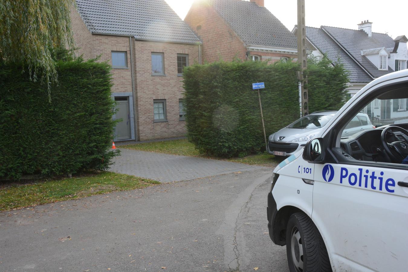 De politie houdt de woning in observatie