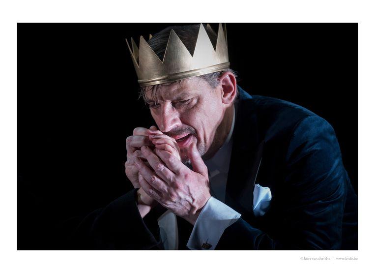 Peter Van den Begin als 'Risjaar Drei' in de bewerking van Olympique Dramatique. Beeld © kurt van der elst  kvde.be