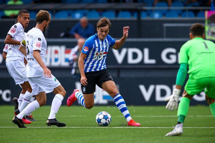 Kaj de Rooij slalomt als speler van FC Eindhoven door de verdediging van Telstar.