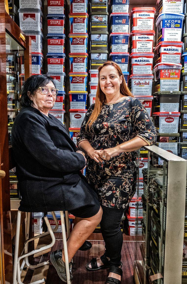 Virginie Breye en haar moeder, trotse Menenaren en koninginnen van de tabaksverkoop. 'Het kan niet allemaal Knokke-Le Zoute of Latem zijn, hè?' Beeld Tim Dirven