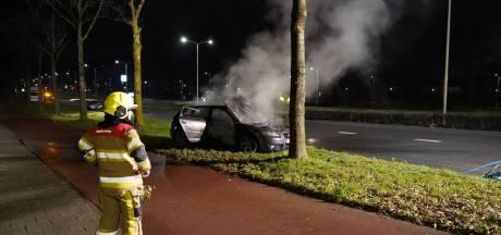 Auto uitgebrand na knal bij Hatertsebrug, twee andere voertuigen beschadigd