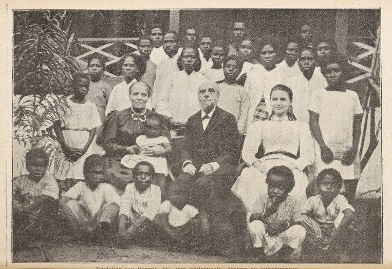 Beeld van de protestantse zending in Papoea-Nieuw Guinea  met enkele adoptiekinderen, 1902.    Beeld rv