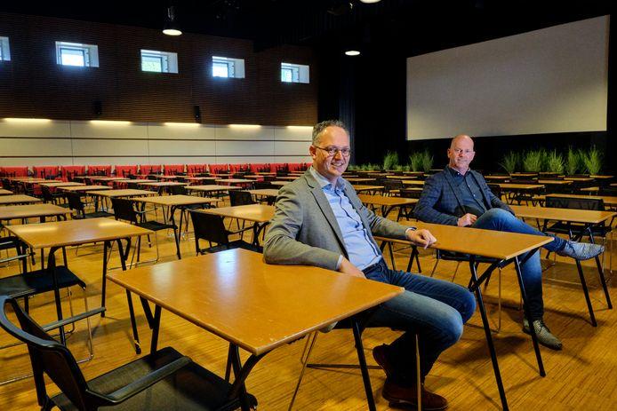 Herman Hofman van CSG De Lage Waard (links) met Hans Laheij van Landvast in een van de omgebouwde zalen. Maandag beginnen de eindexamens.