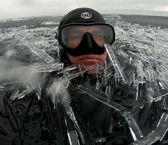 Ce plongeur Inage dans un océan d'aiguilles de glace en Russie.