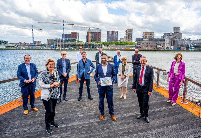 Wethouder Richard Moti (m) bij de overhandiging van het plan voor Rotterdam-Zuid. Links van hem architect Francine Houben.