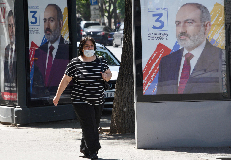 Affiches van premier Nikol Pasjinjan in Yerevan. Beeld AFP