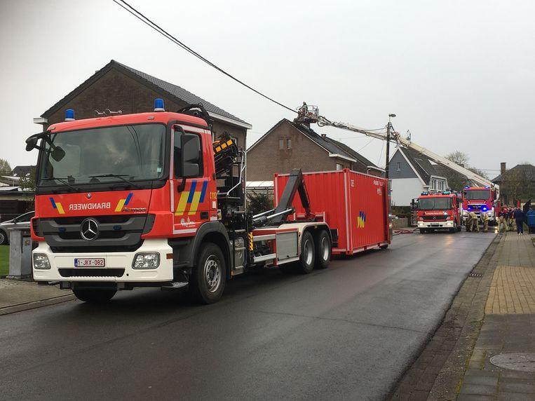 De blikseminslag zette het dak van de woning in lichterlaaie. De brandweer kreeg het vuur snel onder controle maar de schade was groot. De woning werd onbewoonbaar verklaard.
