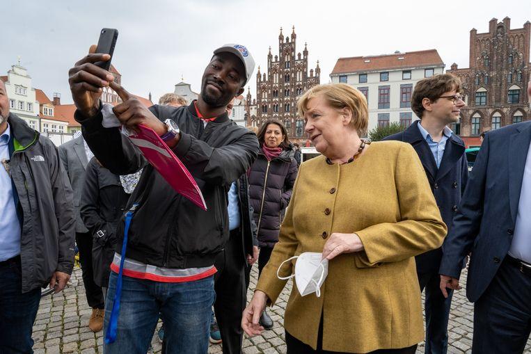 Angela Merkel in Greifswald, haar voormalige kiesdistrict. Haar opvolger slaagt er ook hier niet in de kiezer te overtuigen.  Beeld Stefan Sauer/dpa